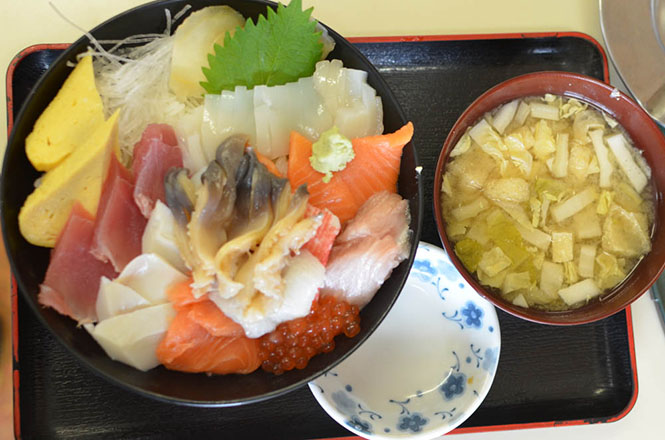 Seafood Rice Bowl with Surf Clam of Miuraya in Tomakomai